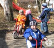 Kinder des katholischen Kindergartens Don Bosco im Garten und auf dem Dreirad