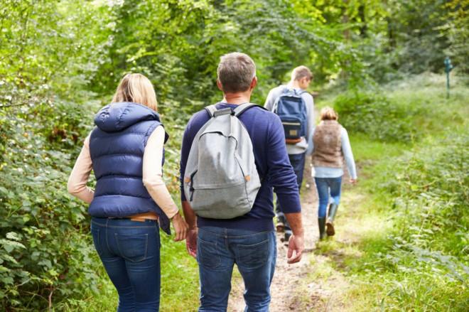 Familie wandert durch schöne Landschaft