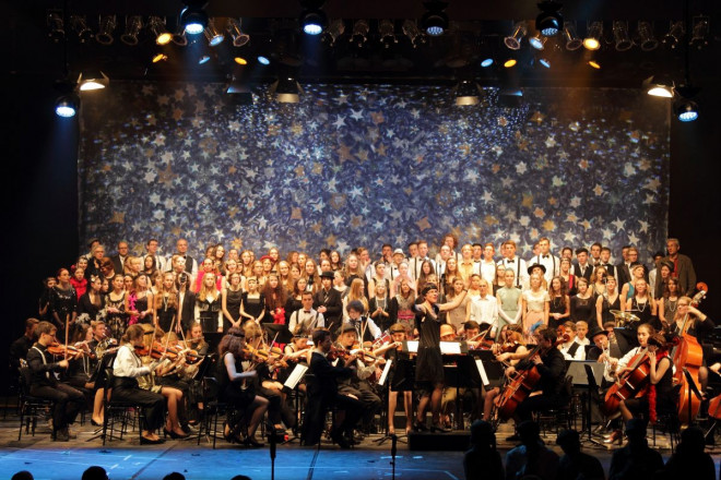 Bild von der Musikschulaufführung 20er Jahre Revue - Orchester mit Chor