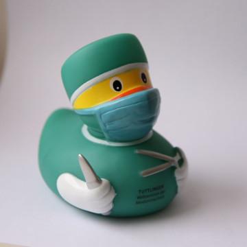 Souvenir die Quitscheente im Chirurgenlook