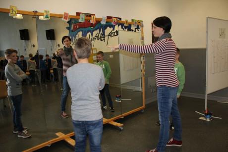 Jeder sagt ein bisschen anders Nein. Schulsozialarbeiterin Nicole Henke probierte es mit den Schülern vor einem Spiegel aus.