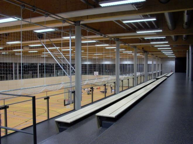 Tribüne der LURS-Sporthalle mit Blick in den Sporthallenraum