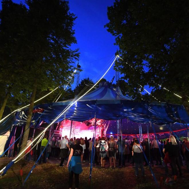 Blick in das gut besuchte Zelt mit hochgezogenen Seitenwänden
