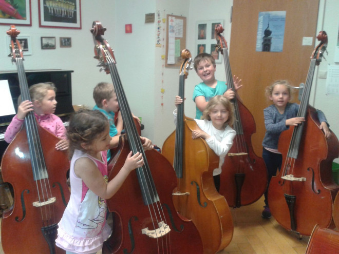 Kinder der Elementare Musikpädagogik Instrumentenkarussell