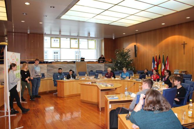 Jugendliche im Ratssaal