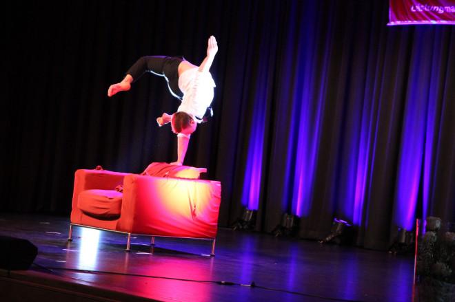 Programmpunkt bei der Sportlerehrung: Andalousi - Akrobat auf einem Sessel