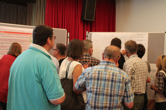 Möhringer Bürger*innen bringen ihre Anregungen zum Sanierungsgebiet an Stellwänden an