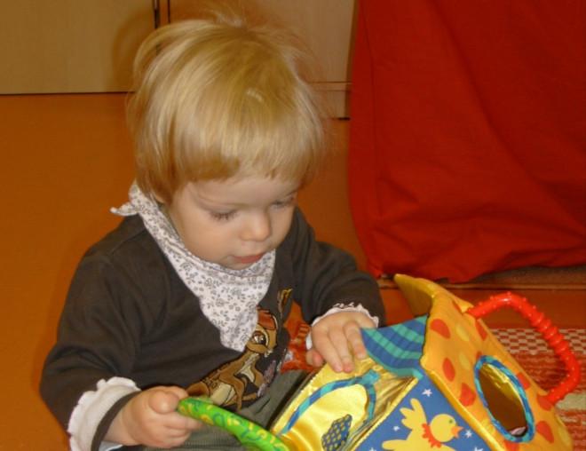 Jule spielt in der Kindertagesstätte Haus der Familie