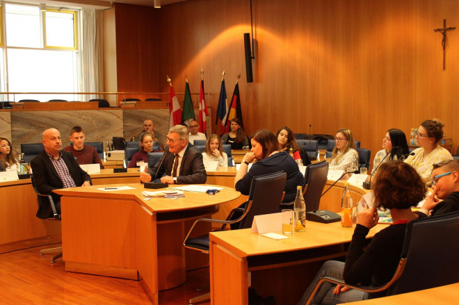 Gespräch im Ratssaal: OB Michael Beck diskutiert mit Schülerinnen und Schülern.