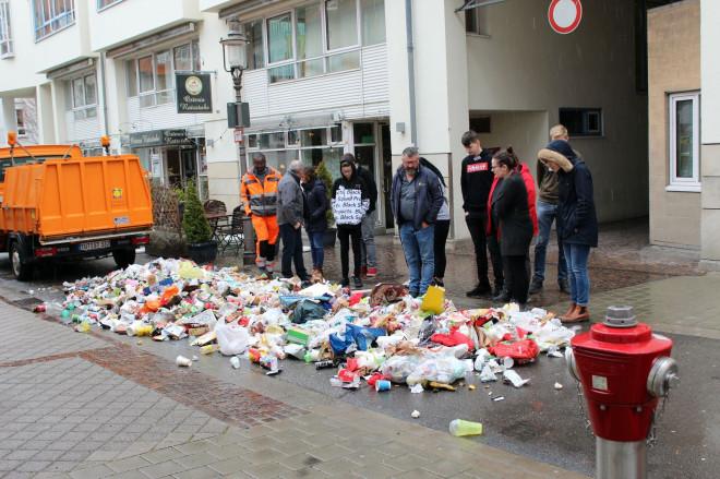 Müll hinterm Rathaus: Bauhofleiter Gerd Rudolf demonstriert, was man auf Tuttlingens Straßen so findet.