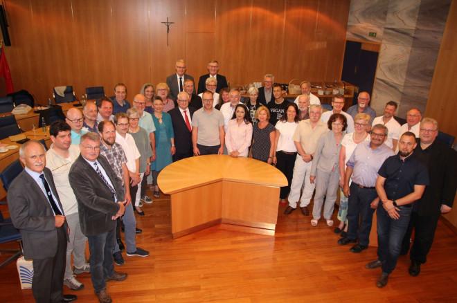 Bild des neuen Gemeinderats im Ratssaal