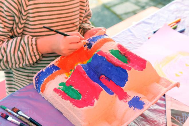 Bild eines Kindes, dass an einem Kunstwerk arbeitet