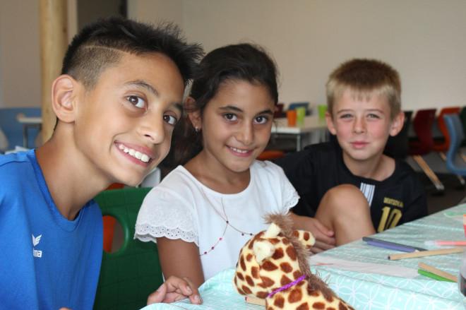 Lächelnde Kinder beim Spielen