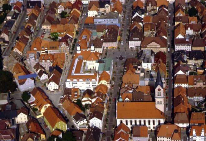 Bild von oben auf das Berger Haus. Ein blauer Pfeil markiert den Standort.