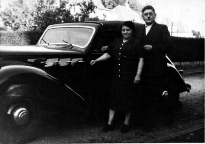Sybilla und Richard Kramer stehen vor einem schwarzen Auto