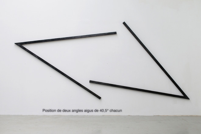 "Kunstwerke ""Position of Two Acute Angles of 40.5° each"" des Künstlers Bernard Venet, 1979, Holzrelief"