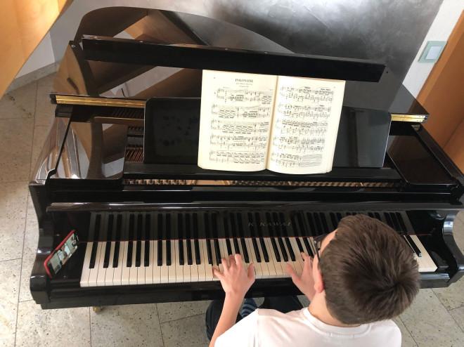 Bild einer Person am Klavier