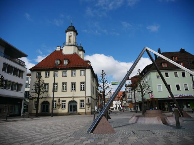 Marktplatz mit Blick auf das Rathaus und den Pyramidenbrunnen