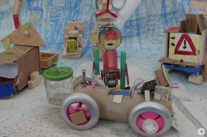 Bild aus dem Online-Kreativprogramm der Woche 3 – gebasteltes Auto aus Alltagsprodukten