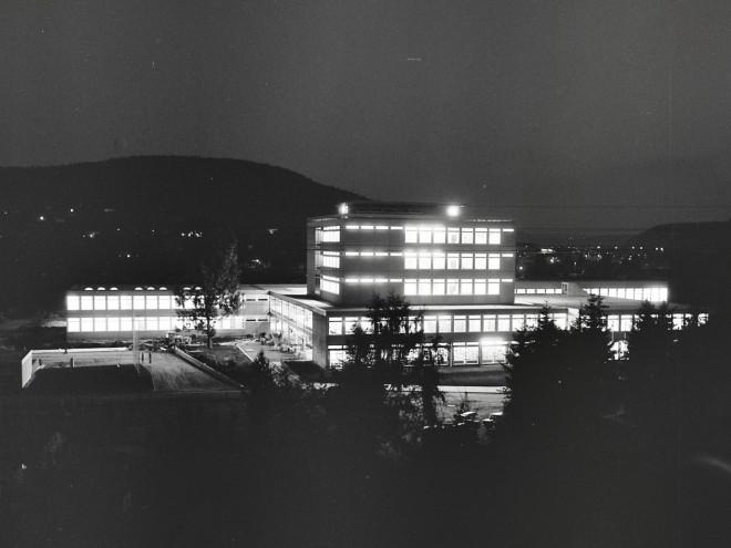Das neuerbaute IKG in einer Nachtaufnahme