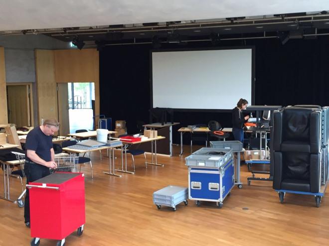 Mitarbeiter der Tuttlinger Hallen sind beim Aufbau der Technik in einem Raum zu sehen