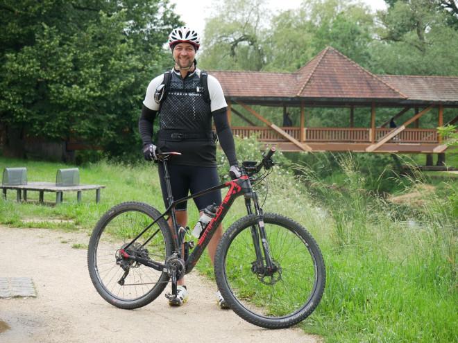Florian Rieß mit seinem Fahrrad an der Donau