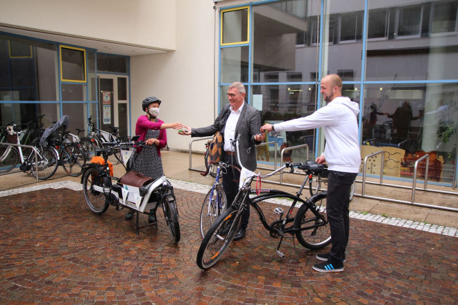 Katja Rommelpacher und Florian Rieß übergeben ihre Schlüssel im Rathaus Innenhof an OB Michael Beck