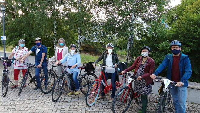 Mitglieder der LBU-Fraktion stehen mit ihren Fahrrädern an der Donau