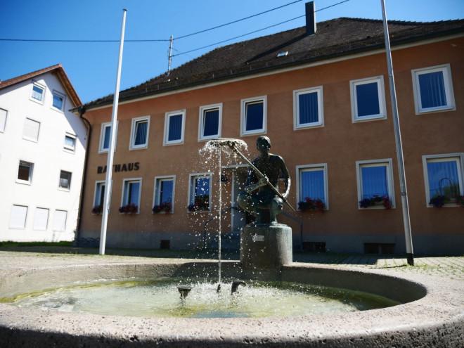 Das Rathaus in Nendingen von außen
