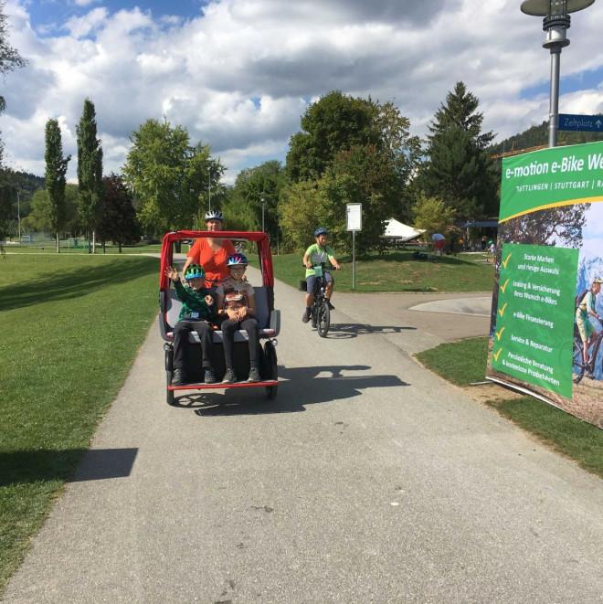 Mutter mit zwei Kindern in einer RadRikscha im Donaupark