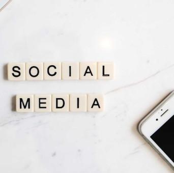 Bild mit dem Wort Social Media und einem Handy