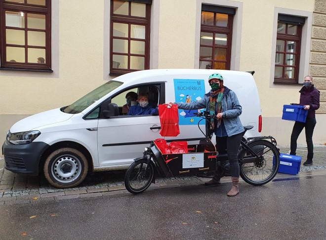 Bücherbus und Lastenrad der Stadtbibliothek