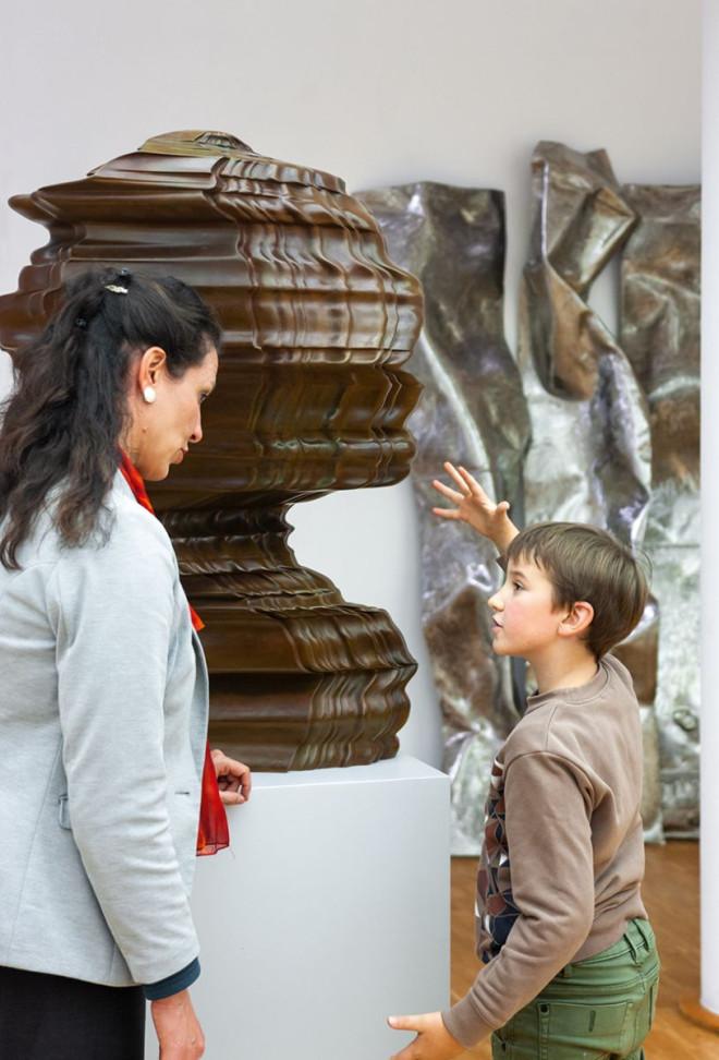 Henriette Gärtner steht mit Kind vor Kunstwerk