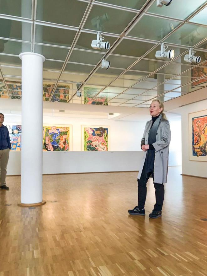 Galerieleiterin Frau Ehrmann-Schindlbeck bei einer Führung bei der Ausstellung Frank Stella, 2018,