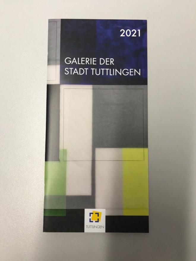 Blick auf das Heft mit dem Jahresprogramm der Galerie 2021