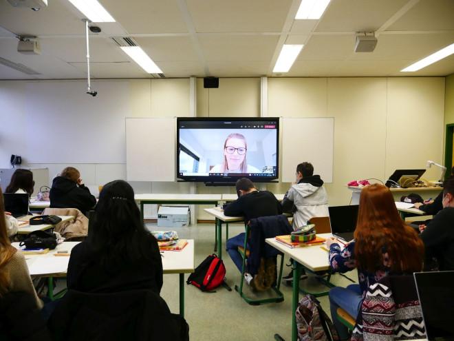 Lehrerin im Home Office: Während die Schülerinnen und Schüler im Schulgebäude sind, können sich die Pädagogen von zu Hause aus zuschalten.