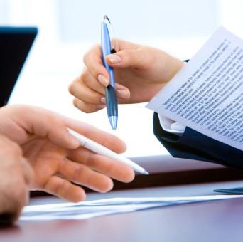 Blick auf Schreibtisch bei einer Besprechung