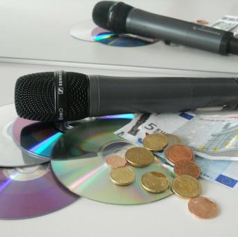 Bargeld mit CDs und Mikrofon