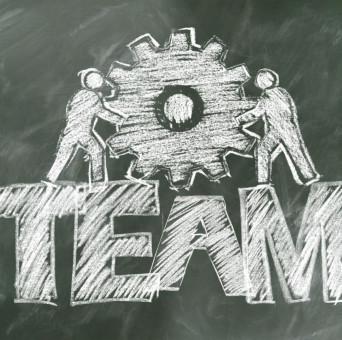 Tafel mit Aufschrift Team