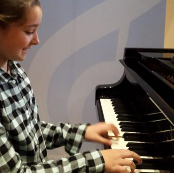 Musikschülerin spielt Klavier