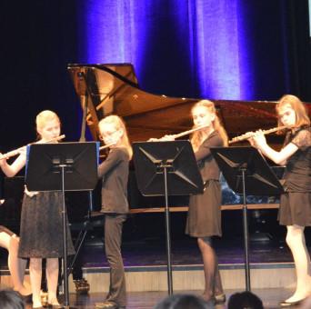 Musikschülerinnen spielen beim Querflöte