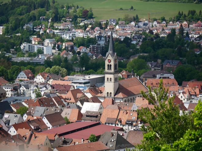 Die Tuttlinger Stadtkirche vom Honberg aus gesehen