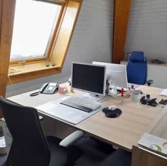 Bild vom Sekretariat in der Musikschule – Blick auf zwei gegenüberliegende Schreibtische mit PCs