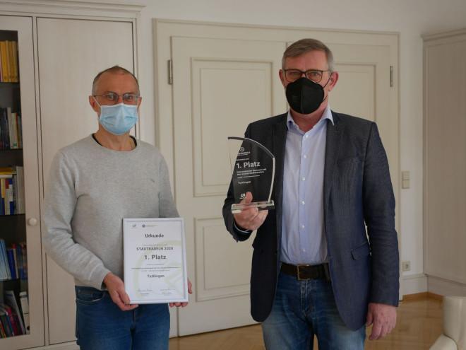Radbeauftragter Oliver Bock und Oberbürgermeister Michael Beck mit Urkunde und Auszeichnung