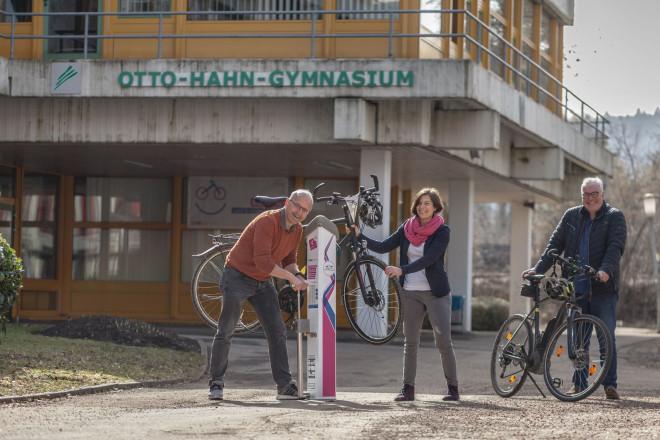 Auszeichnung OHG Tuttlingen: v.l.n.r.: Stephan Reif (Lehrer und Team-Kapitän OHG), Sandra Holte (Initiative RadKUL-TUR), Georg Schwarz (Schulleiter OHG) bei der Übergabe des RadService-Punkts