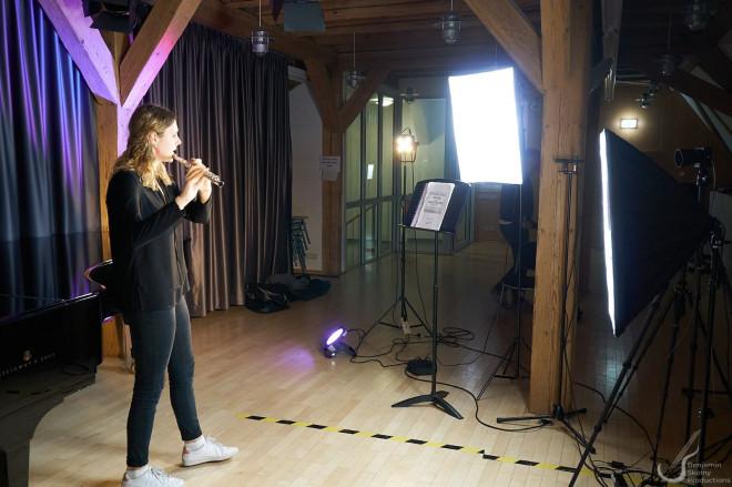 Musikschülerin mit der Querflöte beim Einspielen für Jugend musiziert 2021