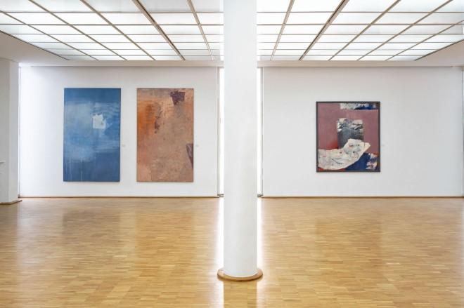 Blick in die Ausstellung Zeittiefe im Erdgeschoss der Galerie