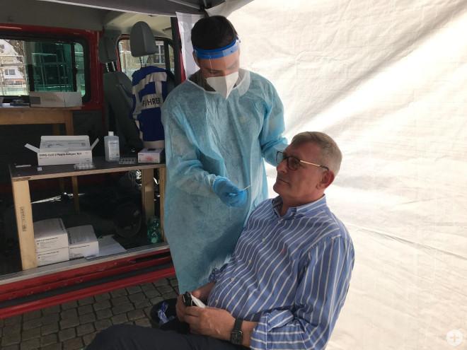 OB Michael wird in der Teststation vor der Stadthalle getestet