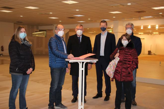 Gruppenfoto von Geschäftsführerin Ramona Frech, Inhaber Albert Schnee, OB Michael Beck, Wirtschaftsförderer Simon Gröger, Harald Späth (SWT), SWT-Geschäftsführerin Dr. Branka Rogulic