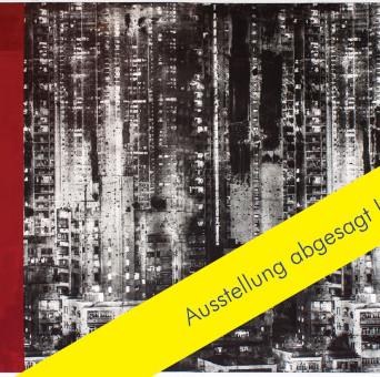 Kunstwerk von Ulrich J. Wolf, High City – Unikat, Radierung / Siebdruck / Foto-Aquatinta / Prägung, 115 x 160 cm mit gelbem Banner: Ausstellung abgesagt